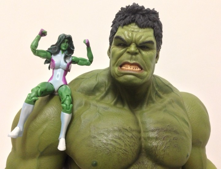 Hot Toys Hulk with Marvel Universe She-Hulk Figure on Shoulder