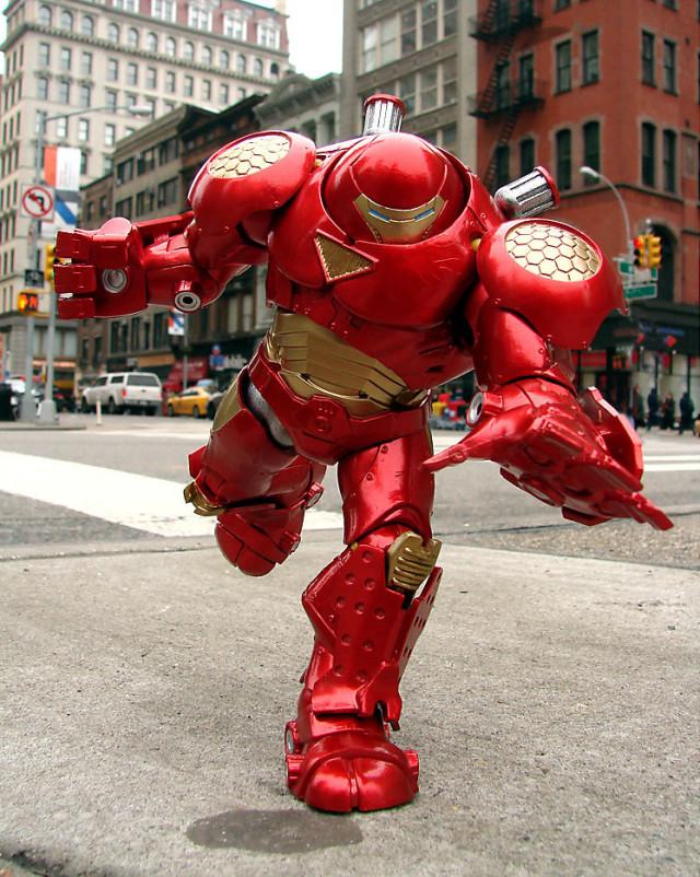 Diamond Select Toys Hulkbuster Iron Man Figure Running