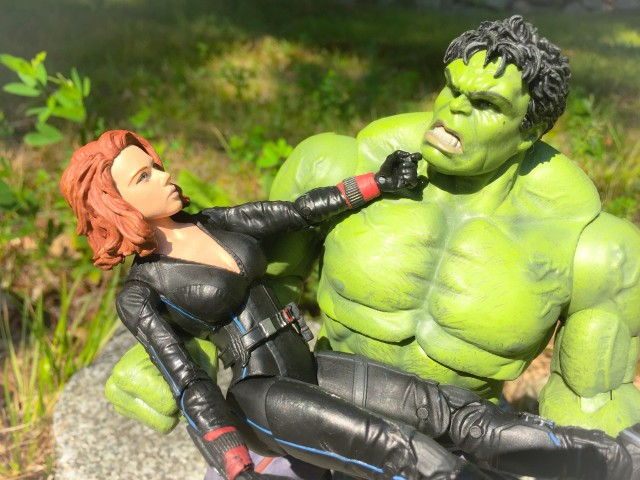 Marvel Select AOU Hulk Holding Black Widow