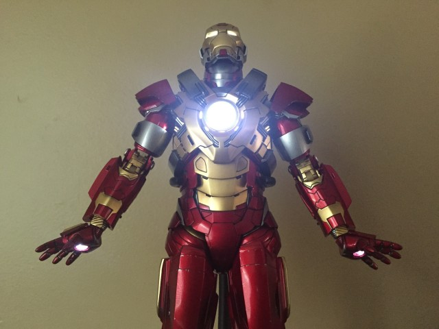 Heartbreaker Iron Man Hot Toys Light-Up Features