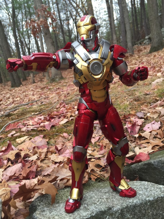 Heartbreaker Iron Man Mark 17 Hot Toys Action Figure Punching