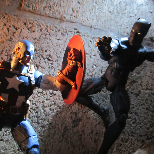 Exclusive Marvel Select Avenging Captain America vs. Black Panther Figure
