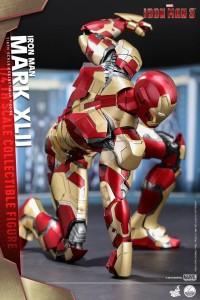 Quarter Scale Iron Man Mark 42 Hot Toys Figure Punching Ground
