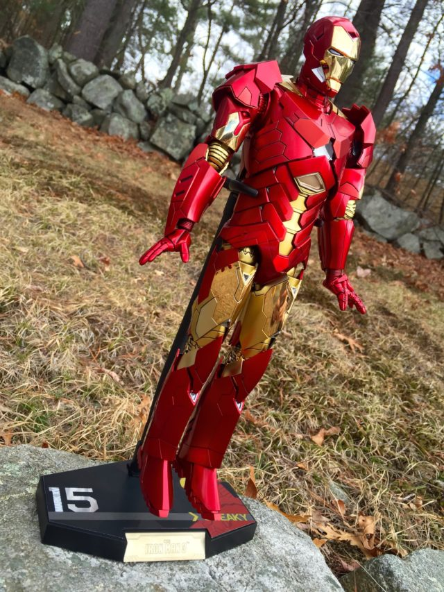 Hot Toys Iron Man Sneaky Retro Ver. Figure on Flight Stand