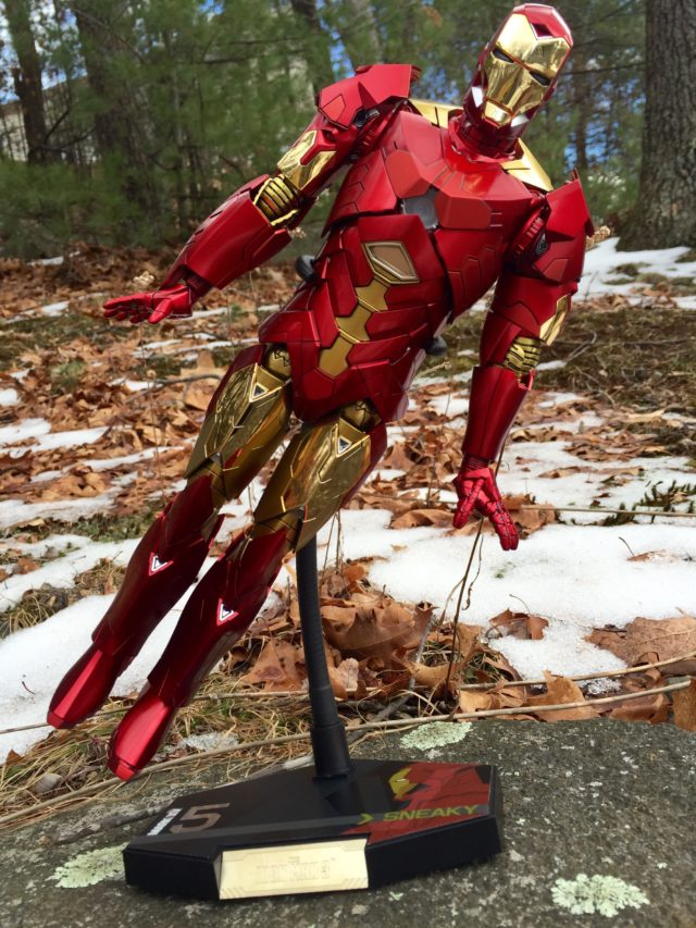 Hot Toys MMS 396 Iron Man Retro Version Flying Stand