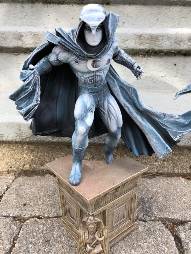 Moon Knight Statue on Egyptian Base Diamond Select Toys
